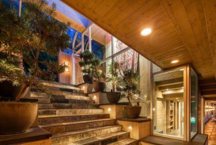 escalier extérieur - villa contemporaine en bois par Daniel Evan White - Saanich, Canada