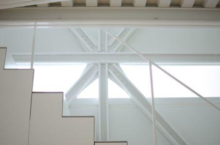 escalier & poutres en acier - Boundary House par Niji Architects - Tokyo, Japon