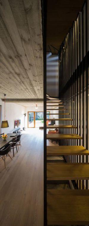 escalier & salle séjour - LAMA-House par LAMA Arhitectura - Bucarest, Roumanie