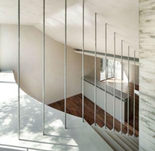 escalier second étage - maison-urbaine par Artechnic - Japon