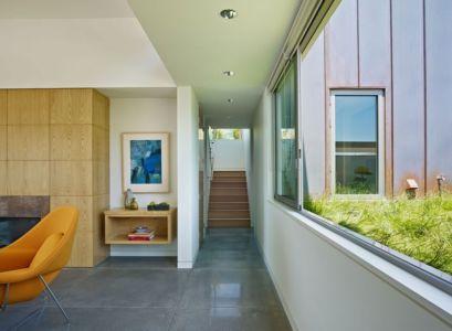 escalier vers extérieur - In-Out par Wnuk Spurlock Architecture - Stinson Beach, Californie, USA