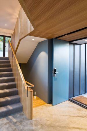 escaliers et entrée - Korokoro House par Parsonson Architects - Korokoro, Nouvelle Zélande