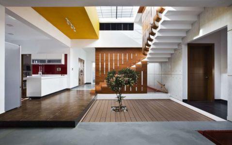 espace intérieur & escalier accès étage - courtyard-house par The Purple Ink Studio - Bengaluru, Inde