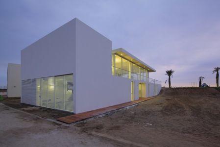 façade allée entrée de nuit - La Jolla Beach House II par Juan Carlos Doblado - Asia District, Pérou