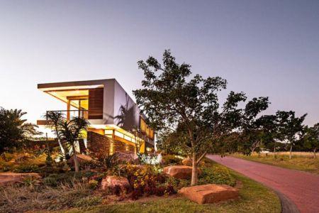 façade arrière de nuit - Aloe Ridge House par Metropole Architects - Kwa Zulu Natal, Afrique du Sud