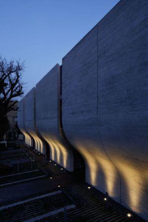 façade béton illuminé - maison-urbaine par Artechnic - Japon
