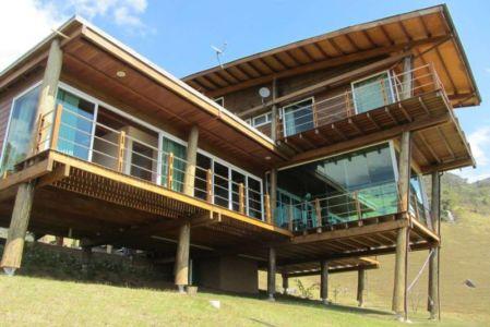 façade balcons - Paraglider House par Cabana Arquitetos - São Bento do Sapucaí, Brésil