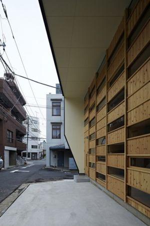 façade bardage bois - checkered-house par Takeshi Shikauchi - Tokyo, Japon