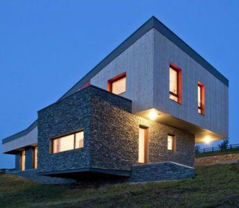 façade base en pierres - Hajdo-House par Blipsz Architecture - Odorheiu Secuiesc, Roumanie