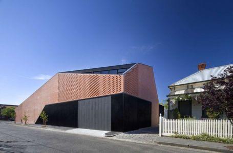 façade briques perforées - harold-residence par Jackson Clements Burrows - Melbourne, Australie