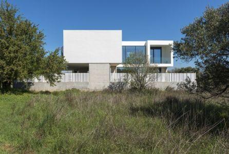 façade côté champ - Paradox house par Klab architecture - Athènes, Grèce