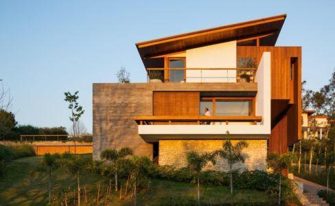 façade côté et balcons - Ft house par Reinach Mendon Arquitetos - Bragança Paulista, Brésil