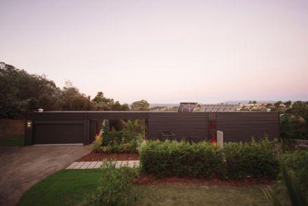 façade côté garage - Southern outlet house par Philip M-Dingemanse - Launceston, Australie - photo Jonathan Wherrett