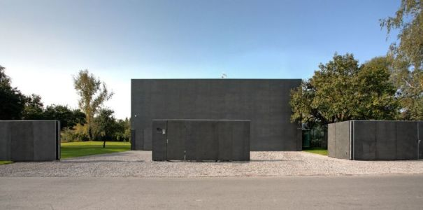 façade entrée coulissante - safe-house par Robert Konieczny – KWK Promes - Varsovie, Pologne