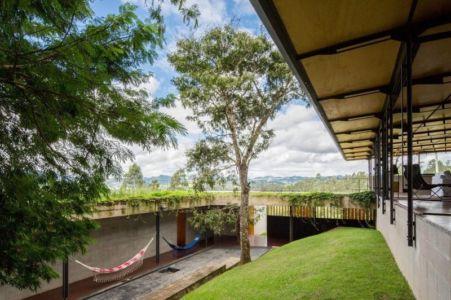 cour intérieure et toit végétalisé - Casa-Santo-Antonio par H+F Arquitetos - Santo Antônio, Brésil