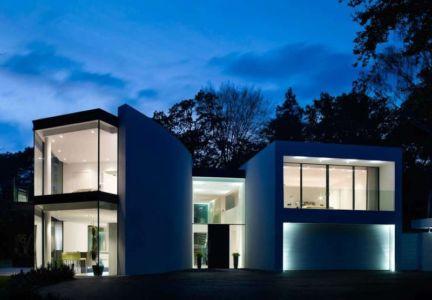 façade de nuit - Cherry Orchard par Western Design Architects - Branksome, Royaume Uni