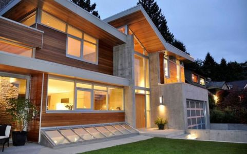façade de nuit - Forest House par Garret Cord Werner - Vancouver, Canada