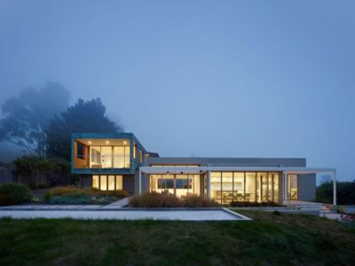 façade de nuit - In-Out par Wnuk Spurlock Architecture - Stinson Beach, Californie, USA