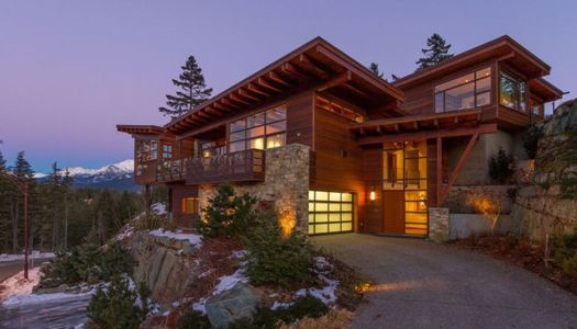 façade de nuit - Lakecrest Residence by aka Architecture + Design - Whistler, Canada
