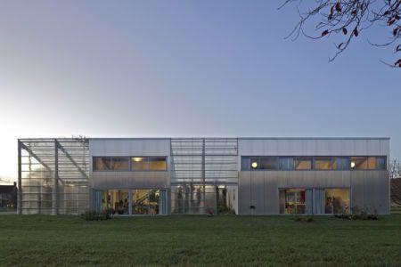 façade de nuit - maison agence par hérard & da costa portada -Neuville-sur-Seine, France - photo philippe ruault