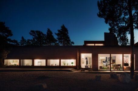 façade de nuit - maison bois contemporaine par Gabriel Minguez - Ingarö, Suède