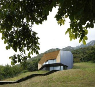 façade en contre-plongée - Alps Villa par Camillo Botticini Architect - Brescia, Italie