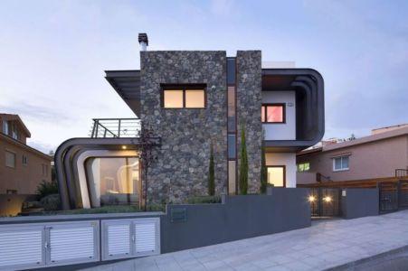 façade en pierres côté rue nuit - tsikkinis par Tsikkinis Architecture Studio - Limassol, Chypre