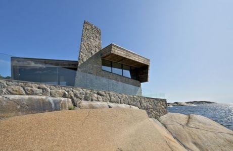 façade en pierres et niveau supérieur avec balustrade en verre - Summer-House par JVA - Vestfold, Norvège