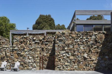façade en surplomb pierres - maison contemporaine en bois par B.E ARCHITECTURE, Flinders, Australie