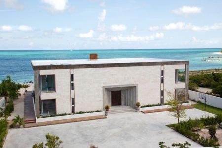 façade entrée - Bella Vita Villa par Prototype Design Lab -  îles Turques et Caïques
