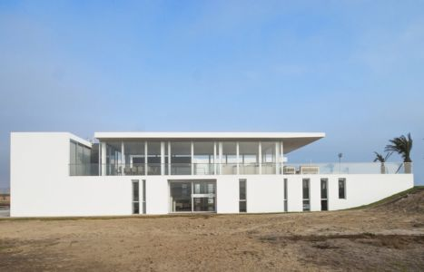 façade entrée - La Jolla Beach House II par Juan Carlos Doblado - Asia District, Pérou