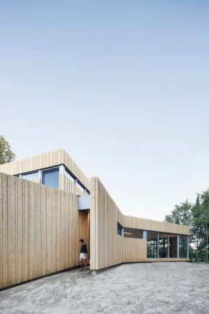 façade entrée - Maison du Lac Grenier par Paul Bernier Architecte - Estérel, Canada
