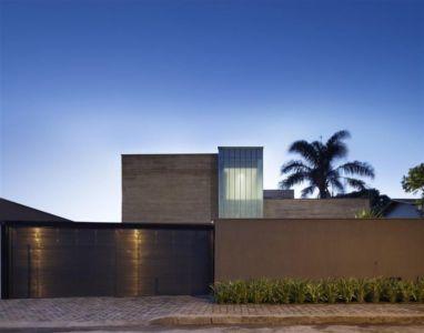 façade entrée - Modern Residence par Anastasia Architects- Belo Horizonte, Brésil -Photo Jomar Bragança