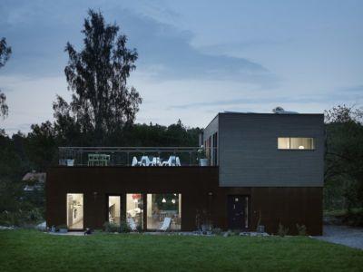 façade entrée - PlayHouse par  Street Monkey Architects + Bjerking - Värmdö, Suède