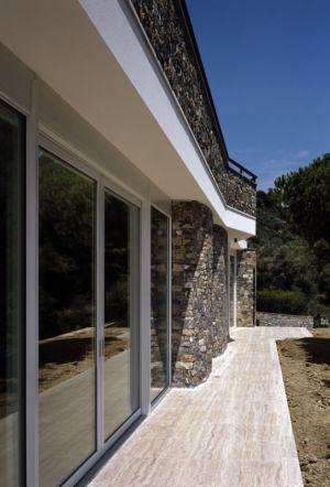 façade entrée baie vitrée - Villa-Studiorossi par Studiorossi Secco - Crevo, Italie