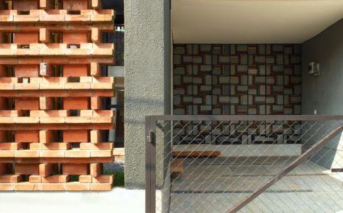 façade entrée & clôture - Breathing House par Atelier Riri - Kota Tangerang Selatan, Indonésie