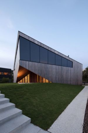 façade entrée de nuit - Aireys House par Byrne Architects -  Aireys Inlet, Australie