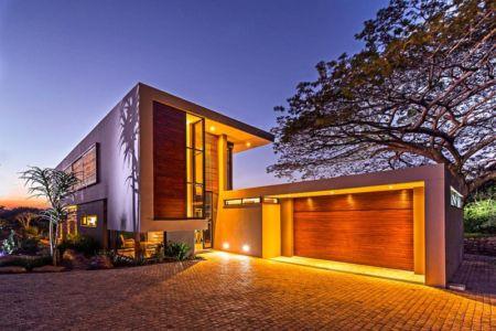 façade entrée de nuit - Aloe Ridge House par Metropole Architects - Kwa Zulu Natal, Afrique du Sud