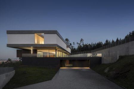 façade entrée de nuit - BE House par Spaceworkers - Paredes, Espagne