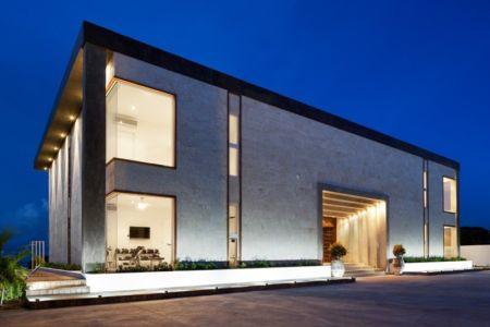 façade entrée de nuit - Bella Vita Villa par Prototype Design Lab - îles Turques et Caïques