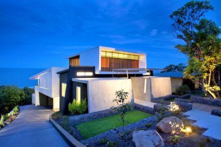 façade entrée de nuit - Coolum Bays House par Aboda Design Group - Coolum Beach, Australie - photo Paul Smith