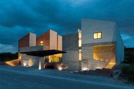 façade entrée de nuit - DATRI & DASA Homes by mavarq - Tepeji del Rio, Mexique