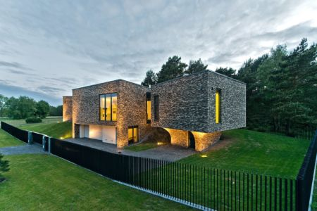 façade entrée de nuit - Family House par UAB Architektu biuras - Palanga, Lituanie