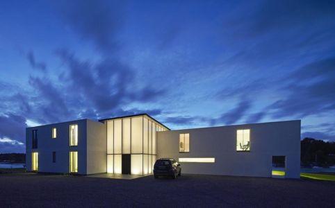 façade entrée de nuit - Fishbourne Quay house par The Manser Practice Architects + Designers - île de Wight, Royaume Uni