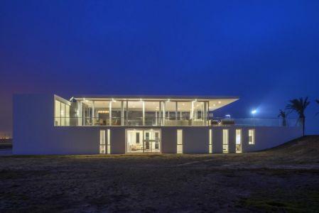 façade entrée de nuit - La Jolla Beach House II par Juan Carlos Doblado - Asia District, Pérou