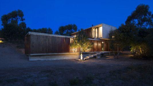 façade entrée de nuit - MR House par Luciano Kruk Arquitectos - La Esmeralda, Argentine