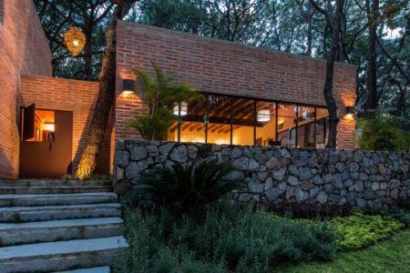 façade entrée de nuit - Pinar house par MO+G Taller de arquitectura - Zapopan, Mexique