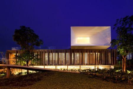 façade entrée de nuit - Piracicaba House par Isay Weinfeld - Piracicaba, Brésil
