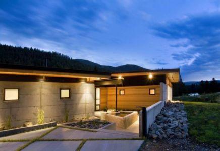 façade entrée de nuit - River Bank house par Balance Associates Architects - Big Sky, Montana, Usa