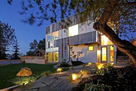 façade entrée de nuit - Unique Reclaimed Modern par Dwell Development LLC - Seattle, Usa